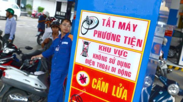 Nhắc 2 thanh niên không nghe điện thoại, nhân viên cây xăng bị đ âm nhập viện ở Sài Gòn