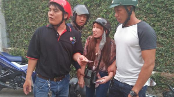 Cô gái đi xe tay ga dùng vé số trúng giả lừa người già bán vé số ở Sài Gòn
