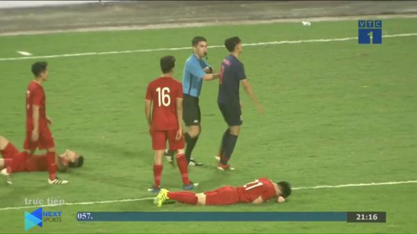 Bên cạnh tấm thẻ đỏ xấu xí của tuyển Thái Lan là hình ảnh đáng trân trọng về Hà Đức Chinh