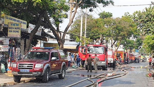Cháy dữ dội tại công ty đóng gói rau quả ở Sài Gòn, nhiều hàng hóa bị thiêu rụi