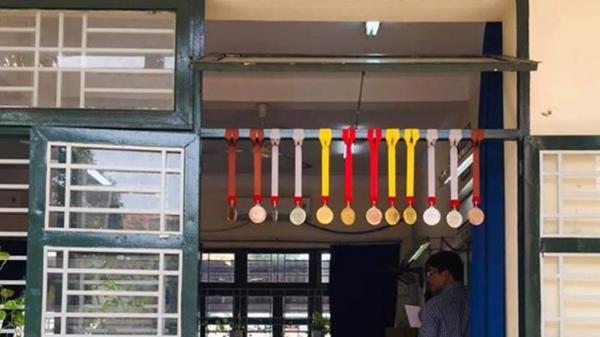Lớp nhà người ta ở Sài Gòn: 12 học sinh đi thi - 12 người đạt giải Olympic, huy chương treo đầy ngoài cửa