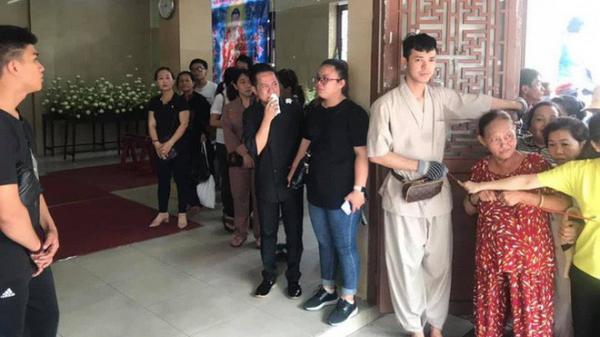 Xúc động chuyện người bán vé số, chạy xe ôm ở Sài Gòn đến xếp hàng xin thắp hương Anh Vũ