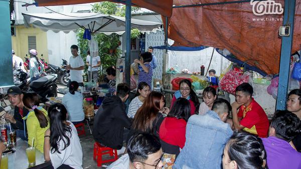 Lạ đời quán bún 'chửi' Sài Gòn: vừa nghe 'chửi', vừa đợi lâu, khách vẫn kéo tới ùn ùn