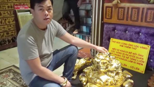 13kg vàng trên người Phúc XO toàn là đồ giả, nợ tiền công làm đồ phong thủy cả năm không thèm trả?