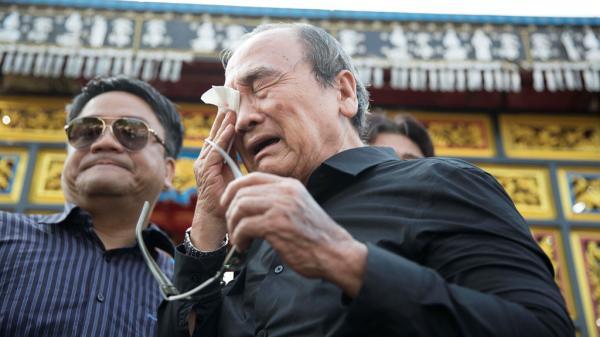 Cha Anh Vũ bật khóc xót xa giây phút hạ huyệt cho con ở nghĩa trang Sài Gòn