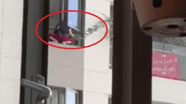 """Mở cửa sổ, người đàn ông hoảng hốt khi thấy hình ảnh giúp việc nhà bên: """"Đau tim gần chết"""""""