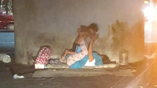 """Người mẹ vô gia cư bên góc phố Sài Gòn và trò chơi """"xích đu"""" cùng con trai nhỏ: Dù ở đâu mẹ cũng mang cho con tuổi thơ trọn vẹn nhất"""