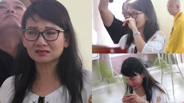 Đồng nghiệp khóc nghẹn trong đám tang nghệ sĩ Lê Bình tại Sài Gòn