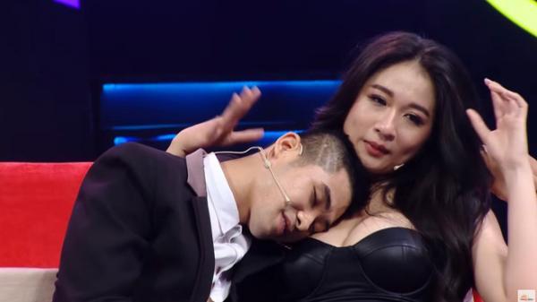 Khán giả s.ốc với cảnh hot girl siêu vòng 1 mặc h.ở hang, cho trai tựa đầu vào n.gực trên truyền hình