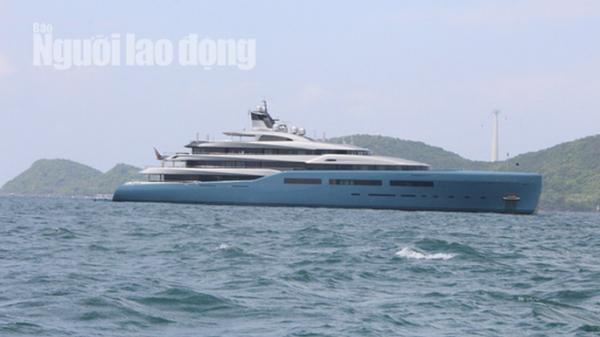 Siêu du thuyền 150 triệu đô đang có mặt ở miền Tây, người dân và khách du lịch thuê tàu cá chở ra xa ngắm