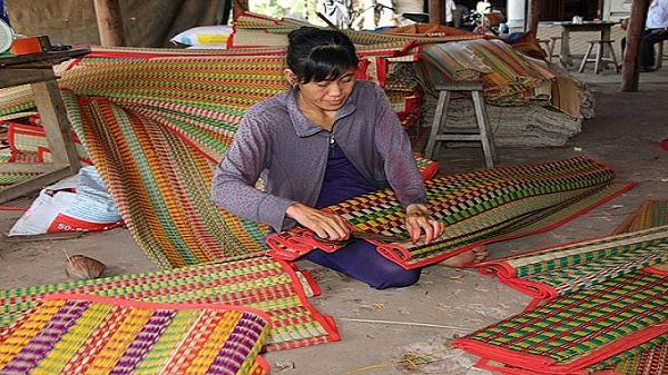 Xót xa nghề dệt chiếu truyền thống trước nguy cơ bị xóa sổ