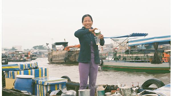 """""""Mê mẩn"""" ly cà phê 10.000 đồng trong nắng sớm ở chợ nổi Cái Răng"""