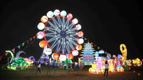 Ngay gần Cần Thơ có một mùa Noel rực rỡ với Lễ hội đèn lồng khổng lồ