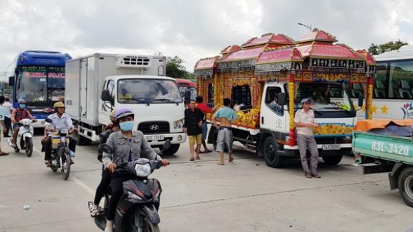 Xe tang kẹt tại BOT Sóc Trăng, đoàn người than khóc xin qua trạm