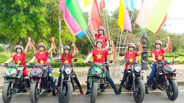 Sốt xình xịch với dàn hotgirl Cần Thơ và ca sĩ Phi Hùng đi mô tô 'khủng' cổ vũ U23 Việt Nam