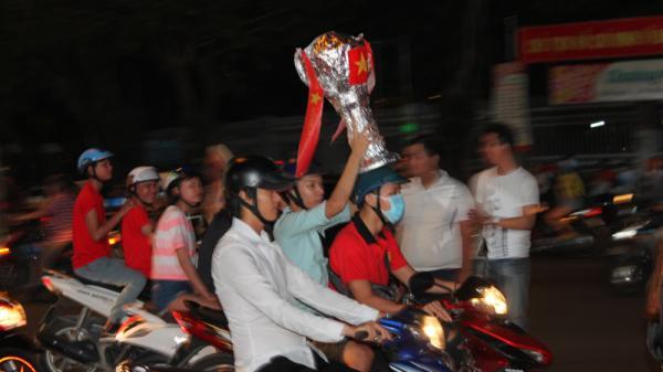 """Thanh niên Cần Thơ mang cup tự chế xuống đường """"đi bão"""""""