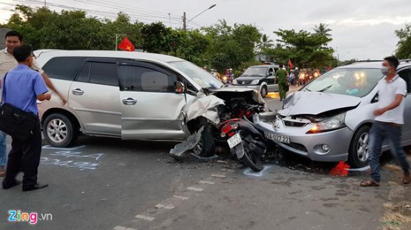 Ôtô mang BKS Cần Thơ tông bẹp xe máy, gần 10 người bị thương