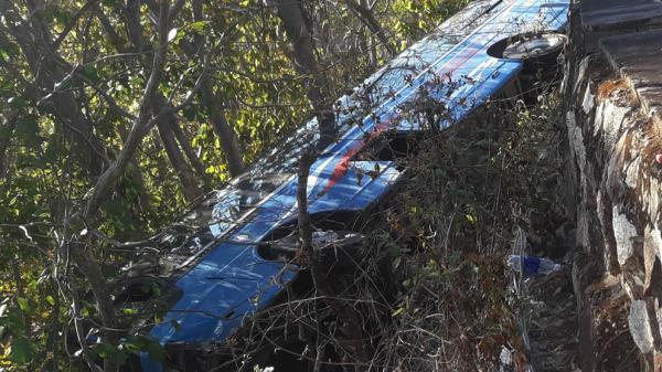 Xe chở người đi lễ chùa lao xuống vực núi, 23 người bị thương