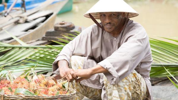 Huyền thoại boxing thế giới Mike Tyson hóa nông dân, bán trái cây ở chợ nổi Cái Răng