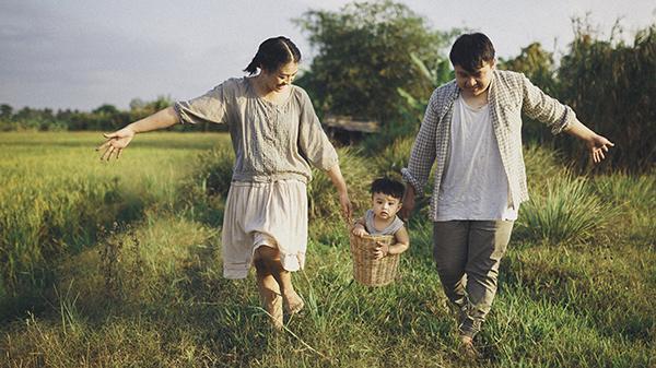 Nhóc tỳ lai theo ba mẹ về cánh đồng lúa đẹp ngẩn ngơ ở Cần Thơ: Những khoảnh khắc bình dị này ai ai cũng ao ước