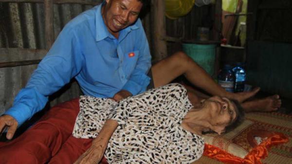 Cần Thơ: Người con điên nuôi mẹ già 90 tuổi...