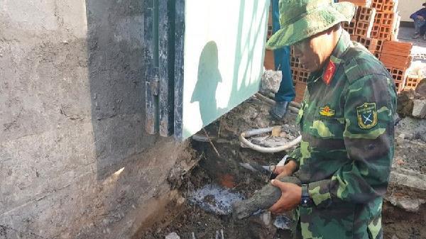 Nhóm công nhân bỏ chạy toán loạn khi thấy đạn cối dưới móng nhà
