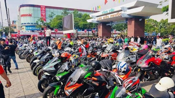 CHOÁNG trước dàn mô tô KHỦNG 'đại náo' đường phố Cần Thơ cổ vũ cho đội tuyển Việt Nam