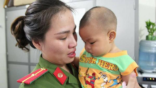 Giọt nước mắt bản năng của nữ Thiếu úy công an khi ôm bé trai bị bỏ rơi khiến triệu người xúc động