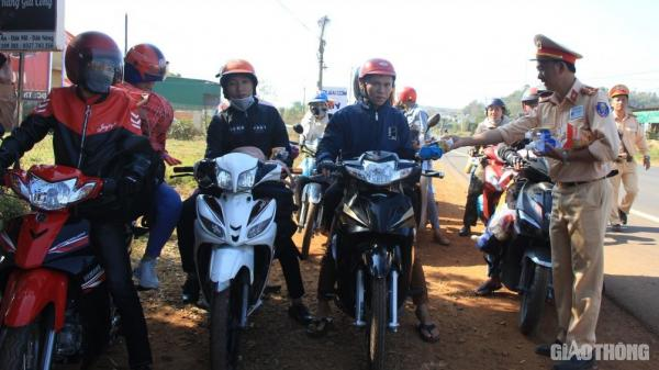 """CSGT Đắk Nông """"tiếp sức"""" cho người dân về quê đón Tết an toàn"""