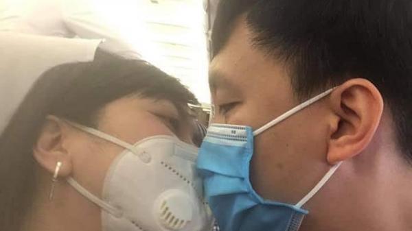 Cặp đôi đi du xuân vẫn không quên... phòng chống virus Corona