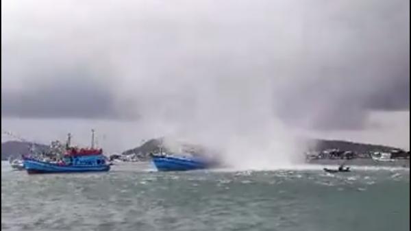 CLIP: Vòi rồng khổng lồ nhấn chìm tàu cá ở Phú Quốc