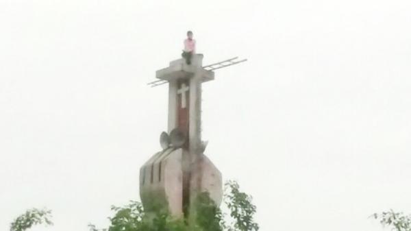 TP Cần Thơ: Cô gái trèo lên tháp chuông nhà thờ 2 ngày chưa chịu xuống
