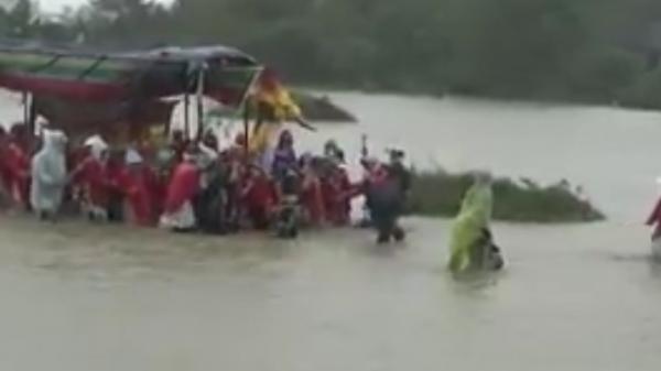 Xót xa đám tang vội vàng trong cơn mưa lũ