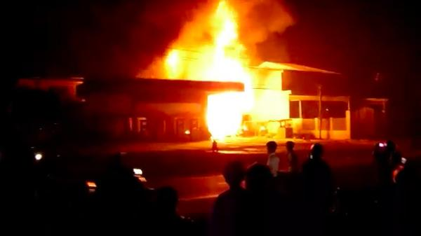 Cây xăng cháy ngùn ngụt trong đêm, một nhân viên bỏng nặng