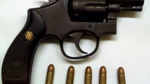 Cần Thơ: Bắt chủ hãng nước đá dùng súng đe dọa giết người