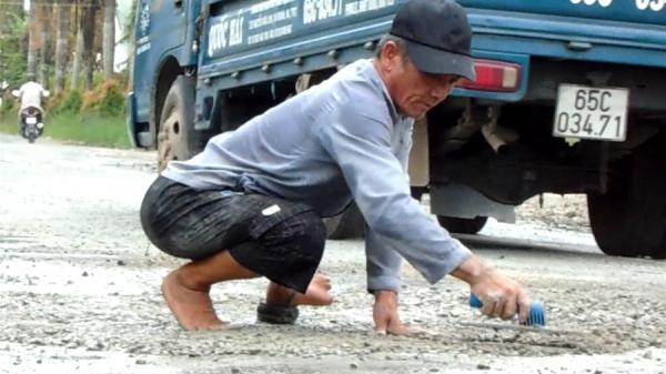 Cần Thơ: Ngưỡng mộ người đàn ông tật nguyền bán vé số lấy tiền vá đường