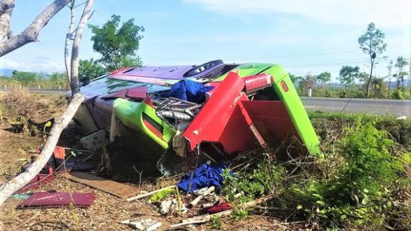 Xe khách bị lật, hơn 30 người thoát chết trong gang tấc