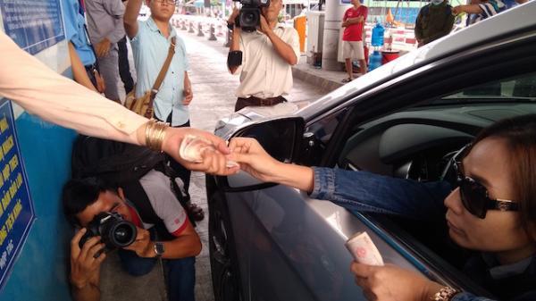 Nữ tài xế làm rớt tiền, BOT Cai Lậy xả trạm lần thứ 4 trong ngày
