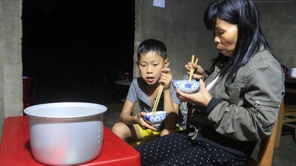 Cậu bé một mình sống giữa mộ bia hơn 700 đêm và câu chuyện trở về bí ẩn của người mẹ
