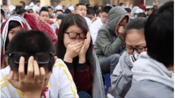 Học sinh cùng thầy cô khóc như mưa giữa sân trường vì một bài chia sẻ