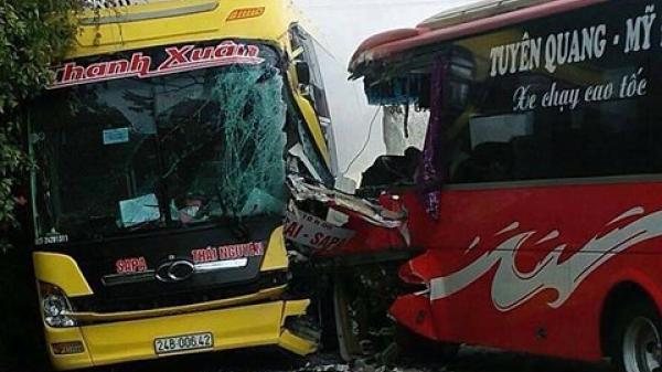 Hai xe khách đối đầu kinh hoàng, hành khách tán loạn phá kính thoát hiểm