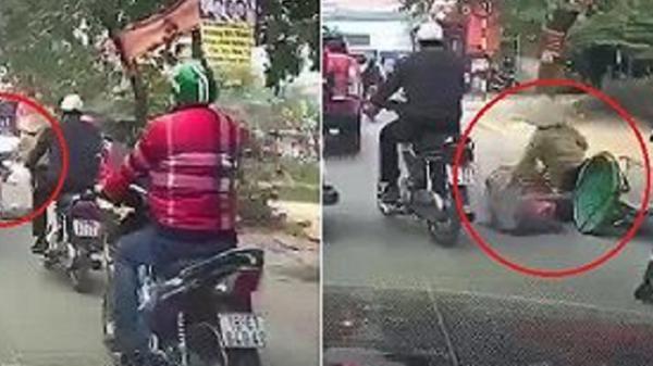 Người đàn ông giơ chân gạt ngã phụ nữ đi xe đạp gây phẫn nộ