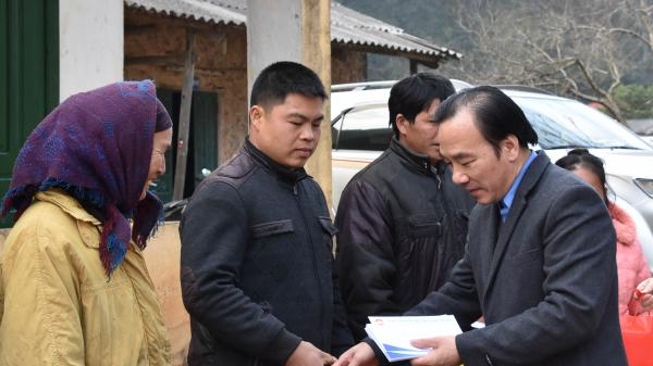 Phó Chủ tịch Ngô Sách Thực tặng quà đồng bào nghèo biên giới Cao Bằng