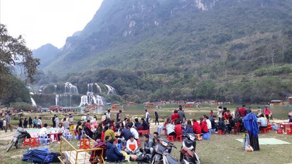 Hàng nghìn du khách đổ về thác Bản Giốc (Cao Bằng) những ngày đầu năm