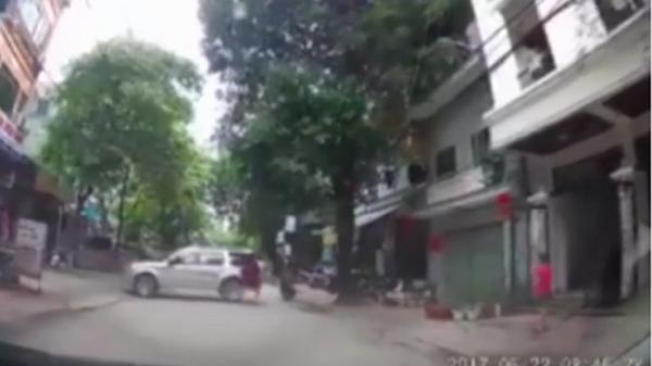 Cao Bằng: Thanh niên đu người giữ ôtô mất phanh tay