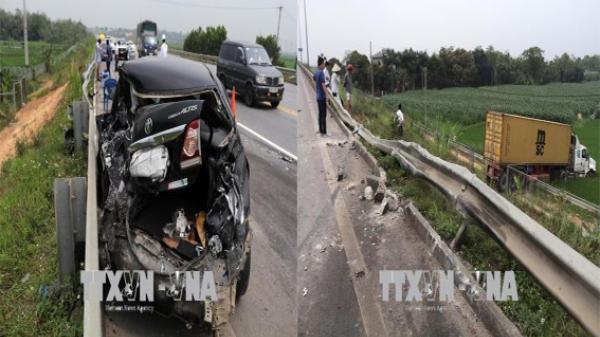 Bị rơi vào điểm mù, xe container 'húc' xe biển xanh vỡ nát trên cao tốc Nội Bài - Lào Cai