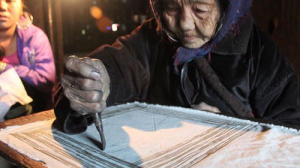 Sự tinh tế trong nghệ thuật in hoa văn lên vải của người Dao Tiền
