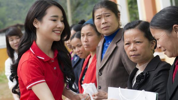 Sau khi lên tiếng về ồn ào của Trường Giang - Nam Em, Nhã Phương lẻ bóng đi Cao Bằng thăm hộ nghèo