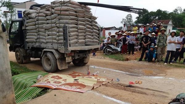 Bé 3 tuổi bị xe tải cán tử vong trên đường tới trường