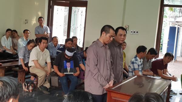 Các bị cáo đứng suốt phiên xử TNGT 4 người c.hết trên cao tốc Thái Nguyên - Hà Nội